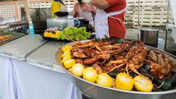Para penjual memasak lobster dalam festival kuliner di kota tua Phuket, Thailand (13/9/2020). Festival selama dua hari itu digelar untuk mendorong pariwisata dan perekonomian setempat. (Xinhua/Zhang Keren)