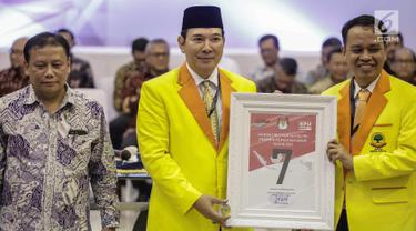 Ketua Dewan Pembina Partai Berkarya Tommy Soeharto (tengah) mendapatkan nomor 7 sebagai peserta pemilu 2019 saat pengundian nomor urut parpol di kantor KPU, Jakarta, Minggu (19/2). (Liputan6.com/Faizal Fanani)