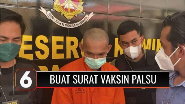 Dua pengguna dan pembuat sertifikat vaksin Covid-19 palsu diringkus polisi. Mereka diringkus saat melewati pos penyekatan di Desa Taruna, Palangkaraya, Kalimantan Tengah.