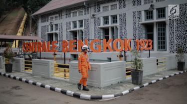 Pekerja berjalan di depan gedung Pembangkit Listrik Tenaga Air (PLTA) Bengkok, Bandung, Jawa Barat, Jumat (19/10). PLTA Bengkok merupakan pembangkit bersejarah peninggalan Belanda yang dibangun pada tahun 1918. (Liputan6.com/Faizal Fanani)