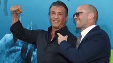 """Aktor Jason Statham dan Sylvester Stallone berpose saat menghadiri pemutaran perdana Warner Brothers Pictures """"The Meg"""" di Los Angeles, California, (6/8). Meg adalah film horor fiksi ilmiah 2018 yang disutradarai Jon Turteltaub. (AFP Photo/Lisa O'Connor)"""