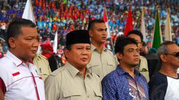 Sebelum berorasi, Prabowo (kedua dari kiri) bersama Presiden KSPI Said Iqbal berdiri bersama menyanyikan lagu Indonesia Raya di Jakarta, (1/5/14). (Liputan6.com/Miftahul Hayat)
