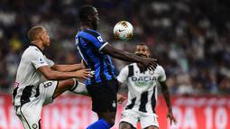 Striker Inter Milan, Romelu Lukaku, mengontrol bola saat melawan Udinese pada laga Serie A 2019/20 di Stadion San Siro, Milan, Sabtu (14/9). Inter menang 1-0 atas Udinese. (AFP/Miguel Medina)