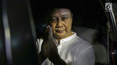 Mantan Kepala BPPN, Syafruddin Arsyad Temenggung memberi salam saat meninggalkan rumah tahanan KPK, Jakarta, Selasa (7/9/2019). Sebelumnya, Mahkamah Agung mengabulkan permohonan kasasi yang diajukan Syafruddin Arsyad Temenggung dalam kasus korupsi SKL BLBI. (Liputan6.com/Helmi Fithriansyah)