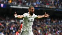 Selebrasi Karim Benzema pada laga lanjutan La Liga di pekan ke-33 yang berlangsung di Stadion Santiago Bernabeu, Madrid Minggu (21/4). Real Madrid menang 3-0 atas Bilbao. (AFP/Gabriel Bouys)