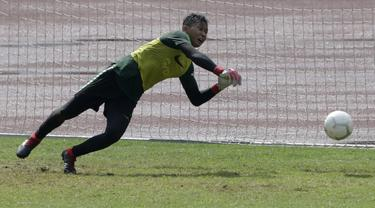 Kiper Timnas Indonesia U-22, Awan Setho, menepis bola saat latihan. (Bola.com/Yoppy Renato)
