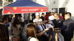 Para penonton menyempatkan untuk berbelanja jelang upacara pembukaan SEA Games 2019 di Philipine Arena Bulacan, Manila, Sabtu (30/11). Pesta olahraga se-Asia Tenggara ini akan berlangsung hingga 11 Desember. (Bola.com/M Iqbal Ichsan)