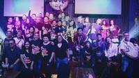 "Komunitas penggemar Queen Indonesia, Queenindo, berfoto bersama usai acara ""Freddie For A Day"" di Hard Rock Cafe, Jakarta, Kamis (5/9). (Dok. Queenindo)"