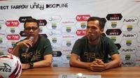 Pelatih PSMS Medan, Jafri Sastra dan pemain Syaiful Ramdhan saat jumpa pers di Graha Persib, Jalan Sulanjana, Bandung, Senin (16/9/2019). (Bola.com/Erwin Snaz)