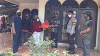 Satgas Penanganan Covid-19 Depok membagikan sembako kepada warga. (Foto: Istimewa).