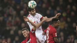 Pemain Bayern Munchen, Javi Martinez (tengah) menghalau bola dari kejaran dua pemain Laverkusen  pada lanjutan Budesliga di Bay Arena, Laverkusen, (12/1/2018). Bayern Munchen menang 3-1. (Bernd Thissen/dpa via AP)