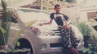 Foto jadul Gilang Widya Pramana bersama sebuah LMPV. (Instagram @juragan_99)