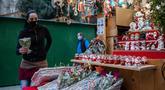 Seorang wanita yang mengenakan masker melihat-lihat dekorasi Natal di Pekan Raya Santa Llucia, Barcelona, Spanyol, 1 Desember 2020. Pekan Raya Santa Llucia diadakan mulai 27 November - 23 Desember dengan kapasitas pengunjung dibatasi hanya 30 persen di tengah pandemi COVID-19. (Xinhua/Joan Gosa)