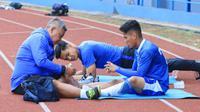 Gelandang Persib Bandung, Ghozali Siregar mendapat perawatan saat sesi latihan, Kamis (27/9/2018) di Stadion SPOrT Jabar. (Bola.com/Muhammad Ginanjar)