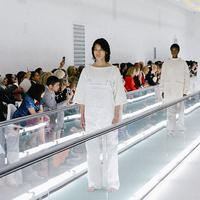 Aksi protes Ayesha Tan Jones dilakukan saat jalan di runwah Gucci Spring/Summer 2020 Milan Fashion Week 2019 (Instagram @gucci)