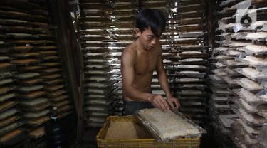 Pekerja  melakukan proses pembuatan oncom di Jakarta, Kamis (1/7/2021). Realisasi kredit usaha rakyat (KUR) hingga 18 Juni 2021 telah mencapai Rp 112,8 triliun. Angka tersebut setara dengan 44,58% dari target penyaluran KUR tahun ini sebesar Rp 253 triliun.(Liputan6.com/Angga Yuniar)