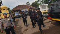 Polisi berjaga di lokasi penusukan Menkopolhukam Wiranto di Pandeglang, provinsi Banten (10/10/2019). Kepala Badan Intelijen Negara (BIN) Budi Gunawan menyatakan, penusuk Wiranto merupakan afiliasi Jamaah Ansharut Daulah (JAD). (AFP/Ronald Siagian)