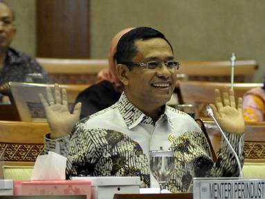 Menteri Perindustrian Saleh Husin (kanan) saat mengikuti Rapat Kerja dengan Komisi VI DPR RI, Senayan, Jakarta, Selasa (19/4). Rapat membahas Realisasi Anggaran 2016 pada Triwulan I dan Progres pelaksanaan Anggaran 2016. (Liputan6.com/JohanTallo)