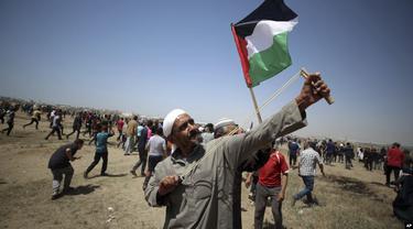 "Warga Palestina di Gaza melakukan protes dalam peringatan 71 tahun hari ""Nakba"" atau malapetaka akibat berdirinya negara Israel di sana, Rabu (15/5/2019). (AP)"