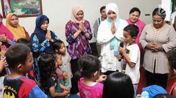 Ketum Bhayangkari, Tri Suswati Tito Karnavian mendengarkan cerita anak-anak korban bencana banjir Sentani di Kabupaten Jayapura, Papua, Jumat (22/3). Pada kesempatan itu Tri Tito dan Polwan melakukan trauma healing. (Liputan6.com/Pool/Humas Mabes Polri)