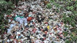 Kondisi tumpukan sampah yang memenuhi aliran Kali Baru, Jalan Raya Bogor, Cimanggis, Depok, Jawa Barat, Minggu (24/1/2021).  Menumpuknya sampah di kawasan perbatasan antara Jakarta dan Depok itu juga diperparah dengan kondisi sungai yang menyempit dan mengalami pedangkalan. (merdeka.com/Iqbal S. Nug