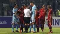 Para pemain Persela Lamongan dan Borneo FC mengerubungi wasit Wawan Rapiko pada laga Liga 1 2019 di Stadion Surajaya, Lamongan, Senin (29/7/2019). (Bola.com/Aditya Wany)