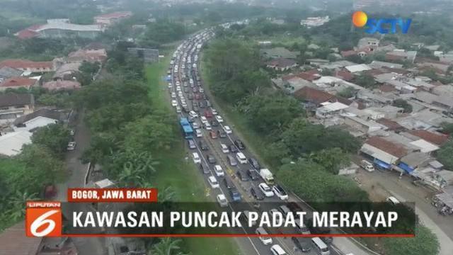Arus lalu lintas jelang akhir tahun di Puncak, Bogor, tersendat sepanjang 10 kilometer.