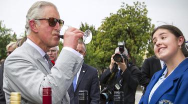 Pangeran Charles saat meminum segelas anggur selama melakukan kunjungannya ke kota Tanunda, Australia, Selasa (10/11/2015). Pengeran Charles melakukan kunjungannya ke Australia selama beberpa hari.  (REUTERS/Ben MacMahon)