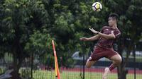 Pemain Persija Jakarta, Ryuji Utomo, menyundul bola saat latihan di Lapangan Sutasoma, Jakarta, Rabu (16/1). Ini merupakan latihan perdana yang dipimpin oleh Ivan Kolev. (Bola.com/Yoppy Renato)