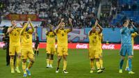 Para pemain Belgia menyapa suporter usai mengalahkan Rusia pada laga Kualifikasi Piala Eropa 2020 di Gazprom Arena, Saint Petersburg, Sabtu (16/11). Rusia kalah 1-4 dari Belgia. (AFP/Olga Maltseva)