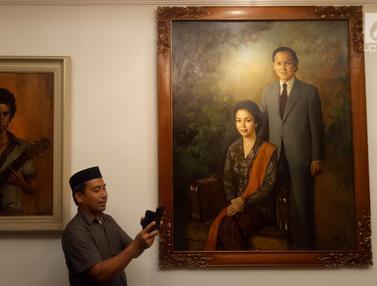 Mengintip Koleksi Lukisan dan Foto BJ Habibie di Rumah Duka