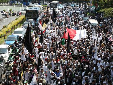 Massa Aksi Bela Tauhid di depan Gedung Kemenko Polhukam, Jakarta, Jumat (26/10). Aksi tersebut digelar sebagai reaksi atas pembakaran bendera bertuliskan kalimat tauhid oleh anggota Banser di Garut. (Merdeka.com/Imam Buhori)
