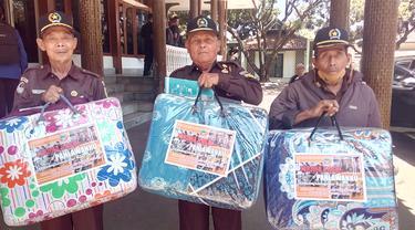 Tiga veteran pejuang asal Garut, Jawa Barat nampak bungah, setelah menerima bingkisan satu selimut hangat plus uang kadeudeuh dari Pemda Garut