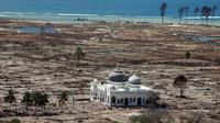 Masjid yang masih berdiri ditempa tsunami di Aceh. (foto: ABC.net)