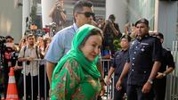 Rosmah Mansor, istri mantan Perdana Menteri (PM) Malaysia Najib Razak, mendatangi kantor Komisi Antikorupsi Malaysia (MACC) di Putrajaya, Rabu (26/9). Rosmah diperiksa terkait penyelidikan skandal korupsi 1Malaysia Development Berhad (1MDB). (AFP)