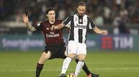 Striker Juventus Gonzalo Higuain (kanan) mendapat pengawalan dari bek AC Milan Alessio Romagnoli pada laga Piala Super Italia di Jassim bin Hamad Stadium, Doha, Jumat (23/12/2016). (AFP/Karim Jaafar)