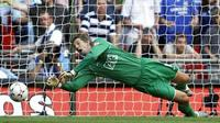 Manchester United's goalkeeper Edwin Van der Sar dives to save a penalty kick from Chelsea's Frank Lampard during The FA Community Shield game at Wembley Stadium in London 05 August 2007. AFP PHOTO/ADRIAN DENNIS