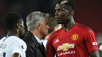 Pelatih Manchester United, Jose Mourinho bersalaman dengan gelandang Paul Pogba usai pertandingan melawan Tottenham Hotspur pada lanjutan Liga Inggris di Old Trafford, (27/8). MU kalah telak atas tottenham 3-0. (AFP Photo/Oli Scarff)