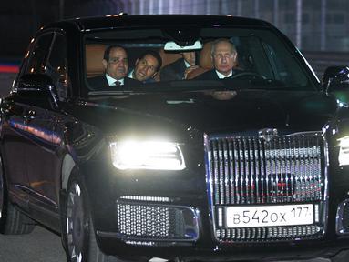 Presiden Rusia Vladimir Putin (kanan) mengendarai limosin Aurus saat menemani Presiden Mesir Abdel Fattah el-Sisi (kiri) melihat sirkuit F1 Sochi, Rusia, Rabu (17/10). Putin mengajak Sisi berkeliling sirkuit tersebut. (Alexei Druzhinin/Sputnik/AFP)