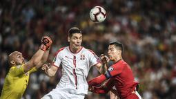 Duel antara Nikola Milenkovic dan Cristiano Ronaldo pada laga kedua kualifikasi Piala Eropa 2020 yang berlangsung di Stadion Da Luz, Lisbon, Senin (27/3). Portugal raih hasil imbang 1-1 kontra Serbia. (AFP/Patricia de Melo)
