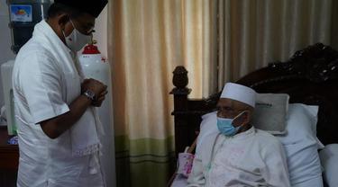 Kepala Staf Kepresidenan Moeldoko mengunjungi kediaman tokoh agama asal NTB TGH Turmudzi Badaruddin di Ponpes Qomarul Huda, Desa Bagu, Kabupaten Lombok Tengah, Selasa (8/6).