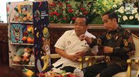 Presiden Joko Widodo berbincang dengan Mensesneg Pratikno saat menghadiri promosi Asian Games 2018 di Istana Negara, Jakarta, Selasa (5/6). Asian Games yang ke-18 ini diikuti 49 negara dan perhelatan sangat besar. (Liputan6.com/Angga Yuniar)