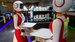 Robot pengganti pelayan sebagai bagian dari uji coba langkah-langkah aturan jaga jarak di restoran keluarga Royal Palace, Belanda, 27 Mei 2020. Robot ini bertugas menyapa pelanggan, menyajikan makanan dan minuman dan mengembalikan alat makan. (AP/Peter Dejong)