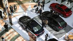 Pengunjung melihat mobil BMW pada acara BMW Exhibition yang berlangsung pada 15-17 Februari di Plaza Senayan, Jakarta, Jumat (15/2). Pasar mobil mewah (luxury car) tampaknya masih menjanjikan bagi bisnis otomotif dalam negeri. (Liputan6.com/Fery Pradolo)