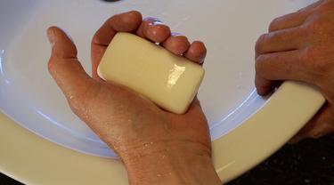 Ilustrasi cuci tangan pakai sabun.
