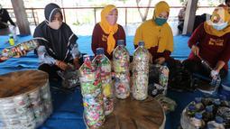 Warga penggiat bank sampah mengolah kerajinan 'eco brick' dari limbah sampah kemasan dan botol plastik di Pulau Harapan, Kabupaten Kepulauan Seribu Jakarta, Sabtu (22/5/2021). Kegiatan yang didukung Yayasan Kehati dan DCA bertujuan untuk mengurangi volume sampah plastik. (Liputan6.com/Fery Pradolo)