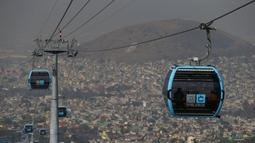 Pejabat dan jurnalis naik kereta gantung antara Stasiun Campos Revolucion dan Tlalpexco selama peresmian sistem angkutan umum udara baru yang disebut Cablebus di lingkungan Cuautepec, utara Mexico City, Meksiko, Kamis (4/3/2021). (AP Photo/Rebecca Blackwell)