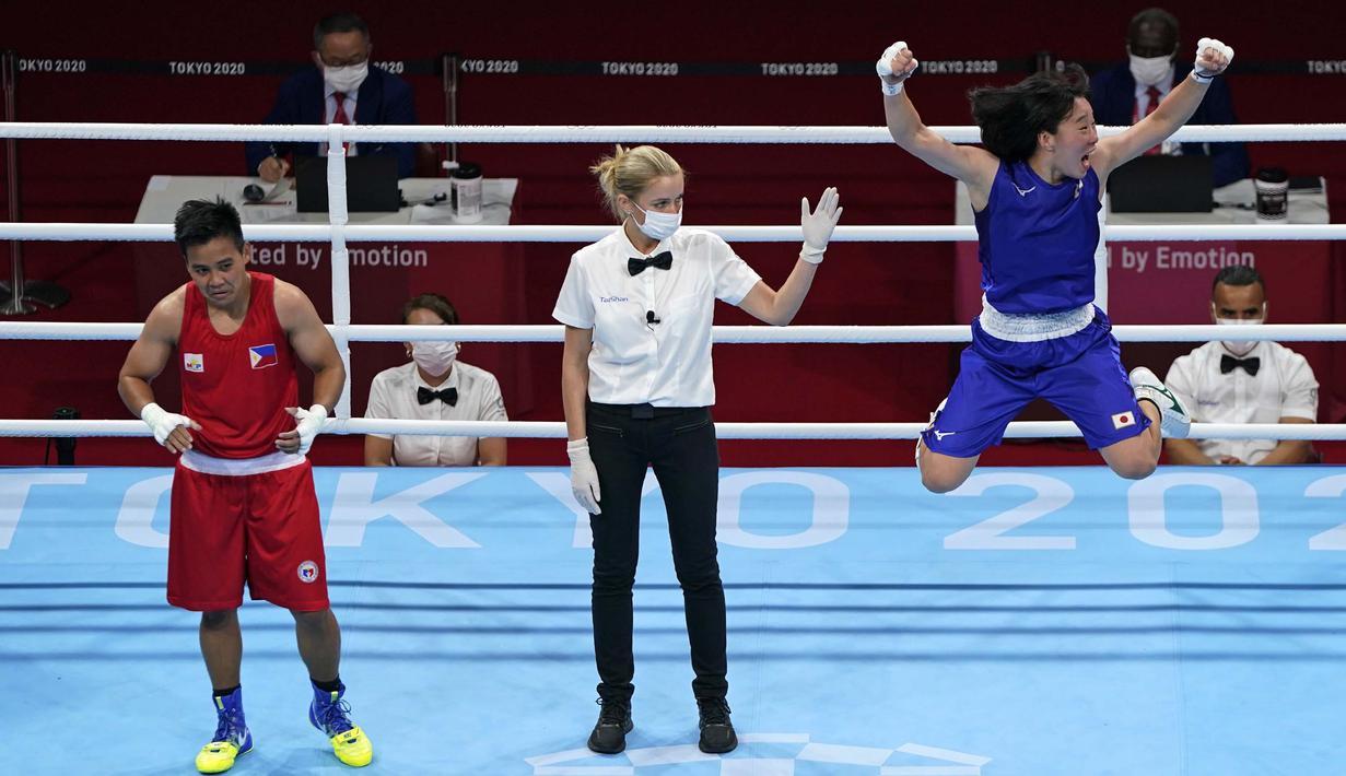 Selebrasi petinju asal Jepang Sena Irie (kanan) usai meraih kemenangan atas petinju Filipina Nesthy Petecio dalam pertandingan final tinju kelas bulu 60 kg putri pada Olimpiade Tokyo 2020, Selasa (3/8/2021). (Foto: AP/Frank Franklin II)