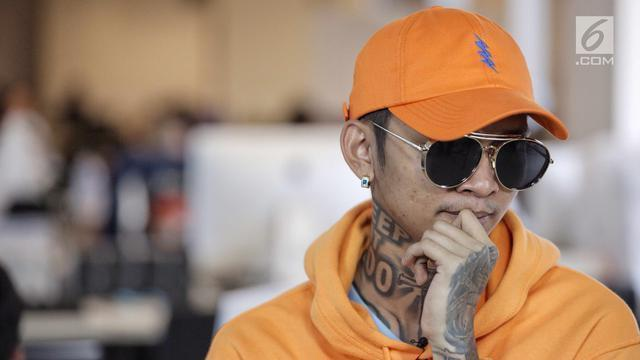 Kontroversi sepertinya masih enggan meninggalkan nama Young Lex. Rapper yang terkenal akan berbagai sensasinya ini kembali menarik perhatian publik setelah mengunggah sebuah foto, di mana wajahnya tampak babak belur.