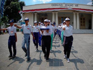 Sejumlah murid SMP terpilih se-Jabodetabek berlatih upacara bendera di Gedung Joang 45, Jakarta, Kamis (14/8/14). (Liputan6.com/Faizal Fanani)